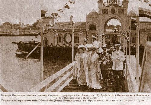 nikolaj-ii-stupaet-na-bereg-yaroslavlya-1913
